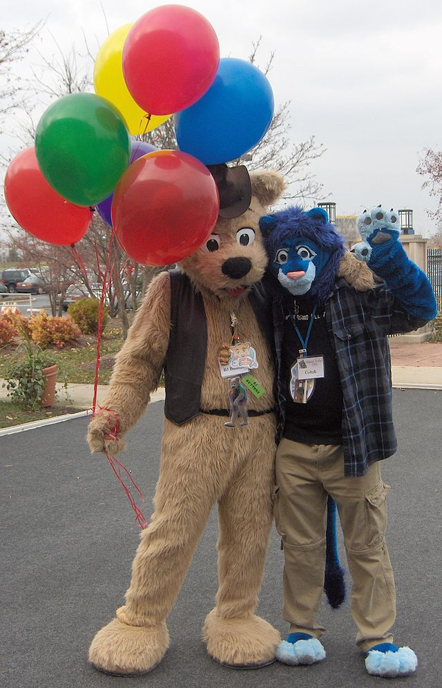 GR_MFF2006_Fursuiters_BJ_Buttons_and_Cobalt_balloons